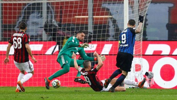 Mauro Icardi membobol gawang Gianluigi Buffon, namun gol dianulir setelah wasit melihat rekaman VAR. (