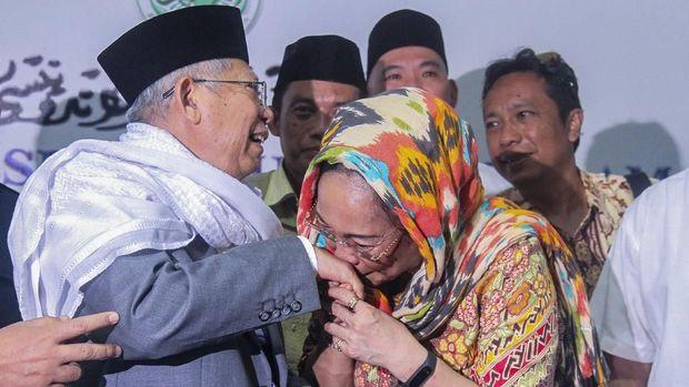 Sukmawati Soekarnoputri mencium tangan Ketua Umum MUI Ma'ruf Amin usai melakukan pertemuan tertutup terkait puisi 'Ibu Indonesia' di Kantor MUI, Jakarta, Kamis (5/4/2018)