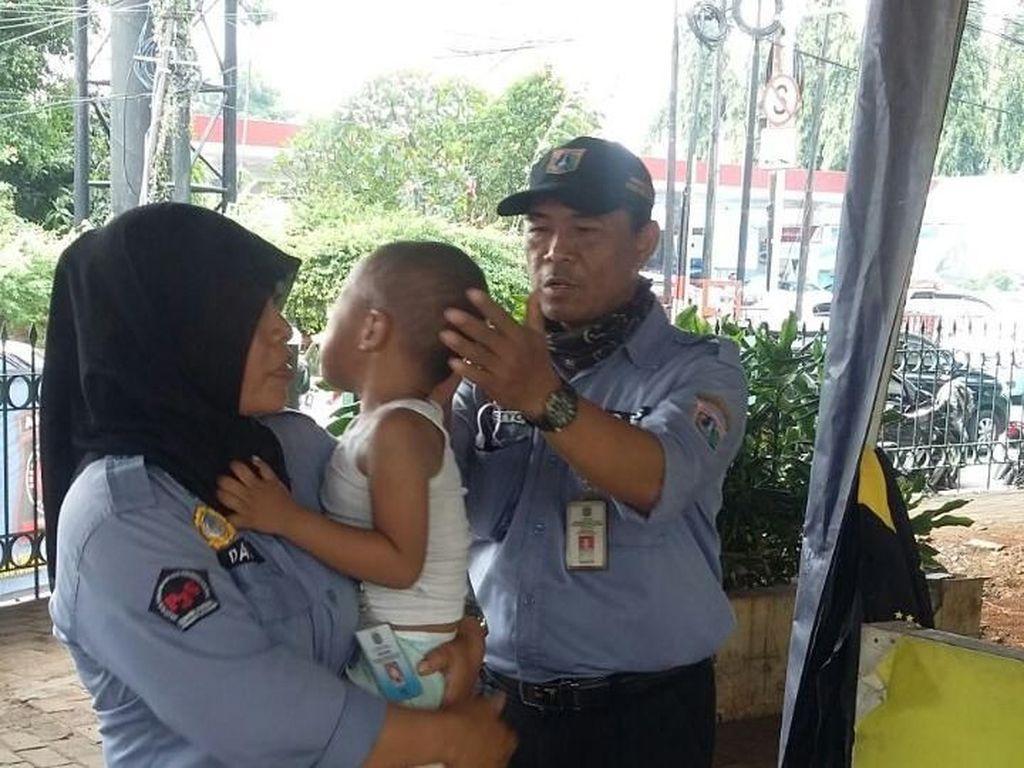 Dinsos Antar Pulang Bocah 3 Tahun yang Tersesat di Flyover Mampang