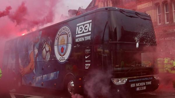 Melihat Serangan Suporter Liverpool dari Dalam Bus City