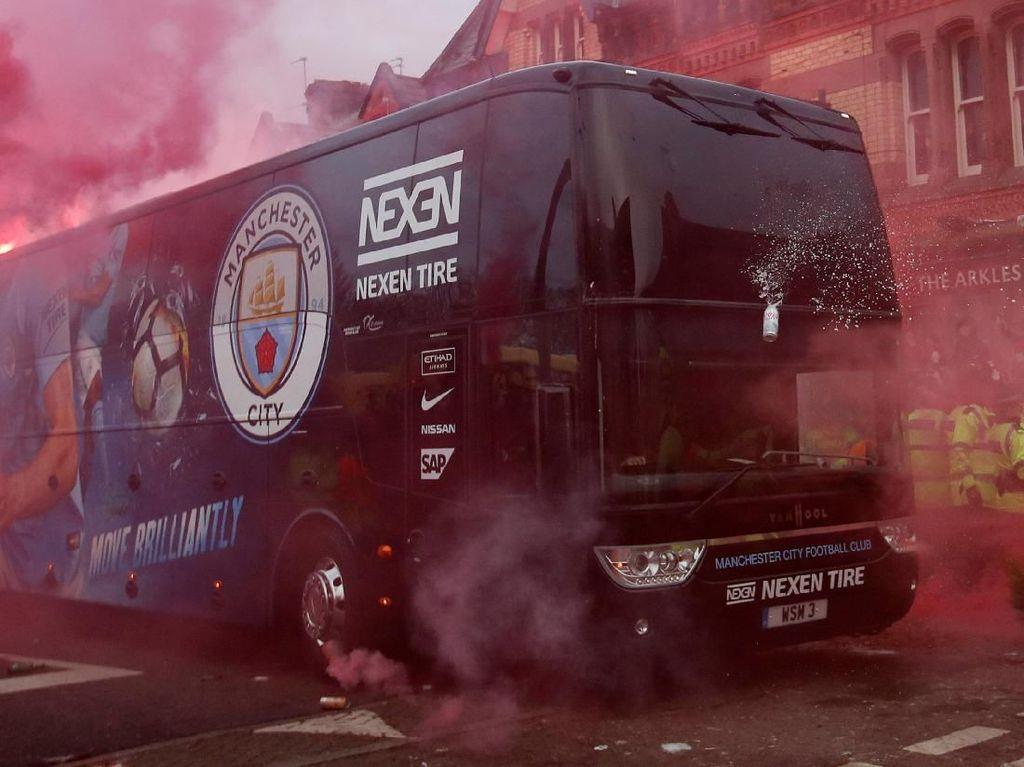 Foto Saat Bus Manchester City Diserang Suporter Liverpool