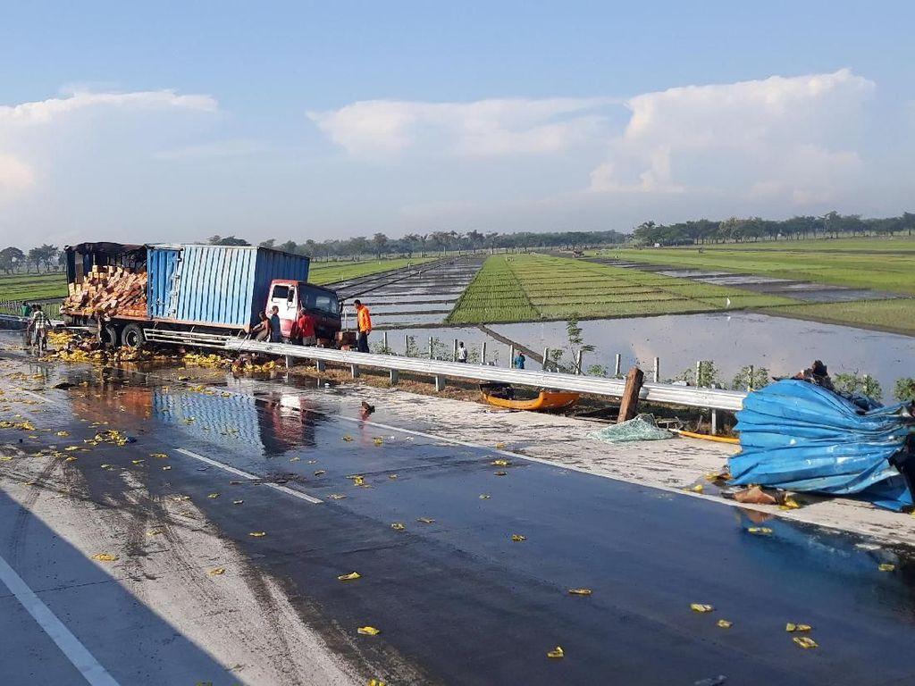 Bus Pariwisata Tabrak Tronton Minyak di Tol Ngawi, 1 Tewas 3 Luka
