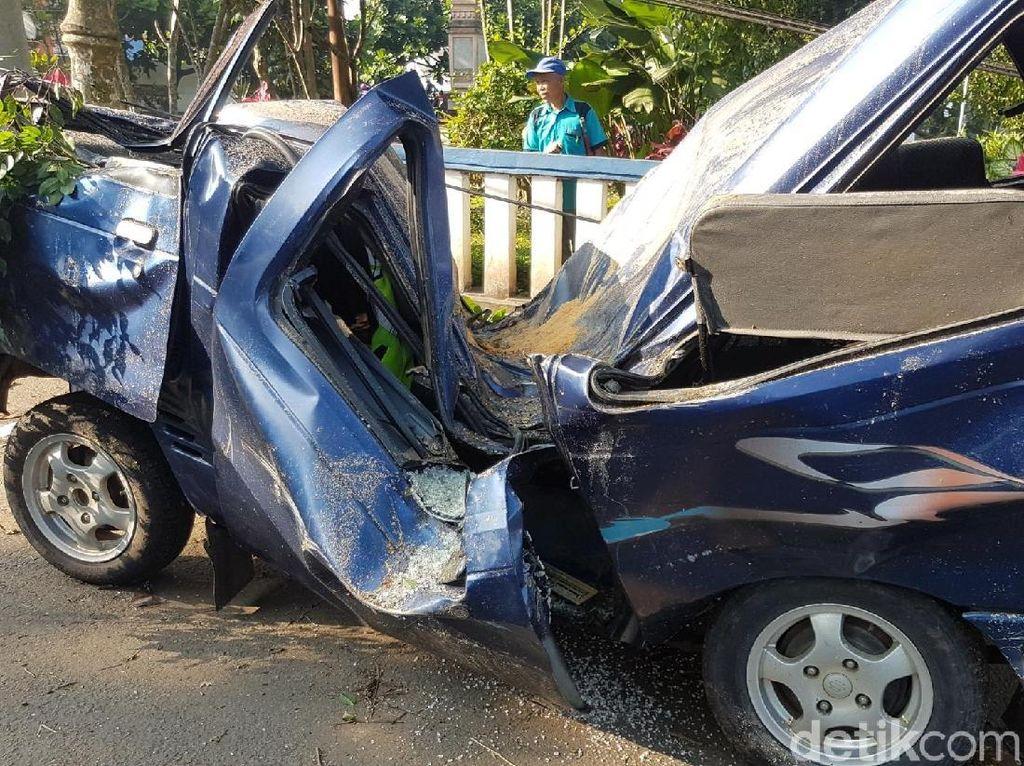 Bangkai Mobil Polisi yang Ringsek Tertimpa Beringin Sukabumi