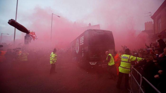 Gambaran saat bus Manchester City diserang di Liverpool. (Foto: Reuters)