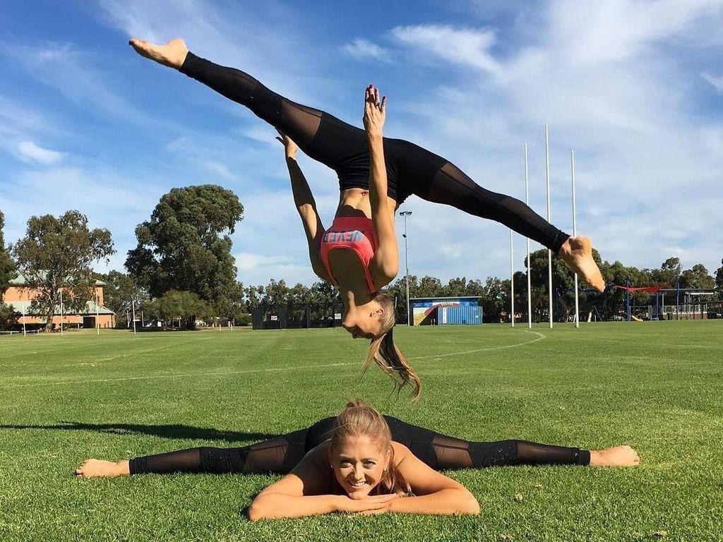 The Rybka Twin, Si Kembar Cantik yang Senang Yoga Akrobatik