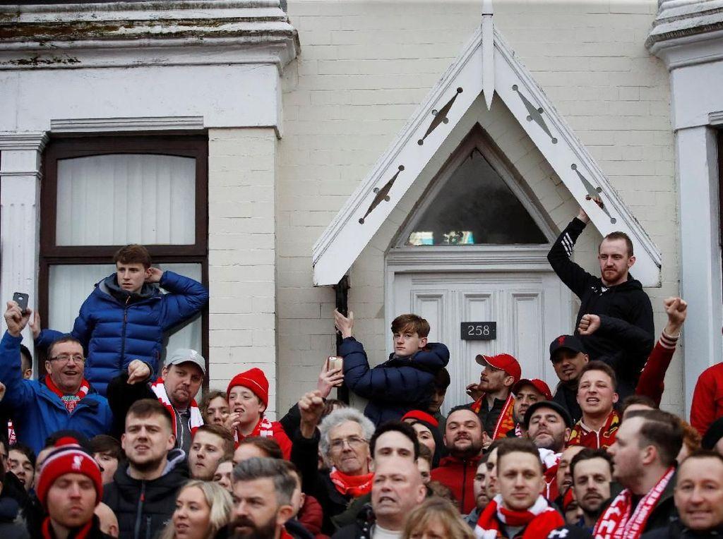 Teror Anfield untuk City: Botol Melayang, Flare Menyala