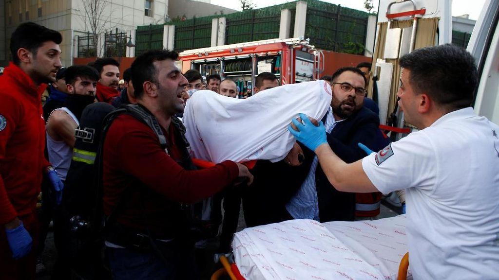 Foto: Petugas Evakuasi Korban Kebakaran di RS Taksim Istanbul
