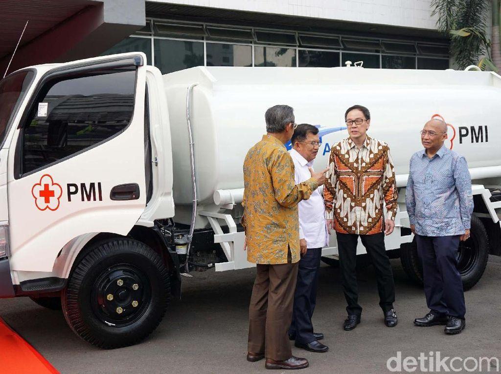 Wapres JK Saksikan Penyerahan Mobil Tangki Air