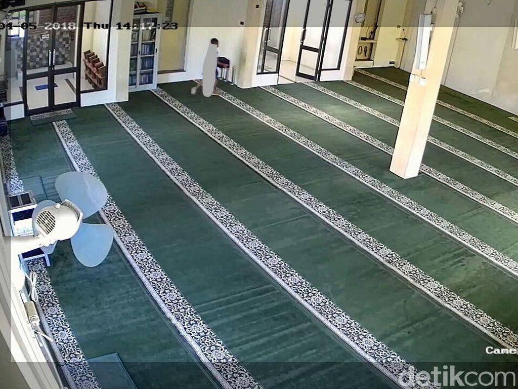 Seorang Bocah Terekam CCTV Curi Kotak Amal Masjid