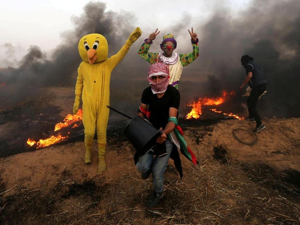 Aksi Warga Palestina Berkostum saat Bentrok dengan Tentara Israel