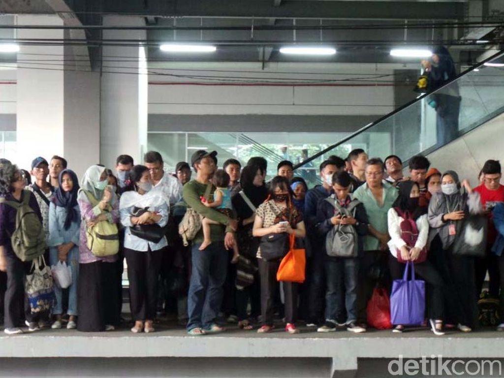 Sore Ini, Stasiun Duri Masih Padet Horor Berdesak-desakan