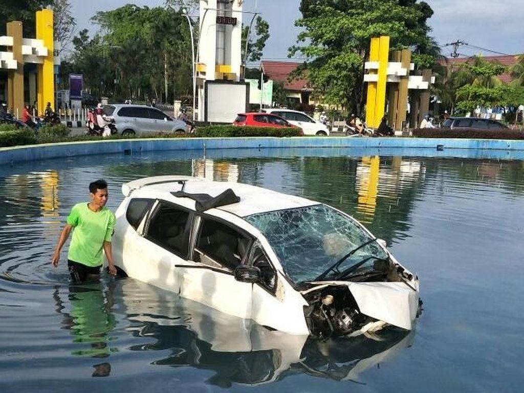 Penampakan Mobil Terbang yang Nyungsep ke Kolam di Pontianak