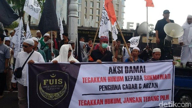 Demo Sukmawati di Depan Mapolda Jateng, Massa Bagi-bagi Selebaran