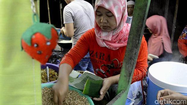 Nasi Megono gratis untuk duafa dan anak yatim di Pekalongan tiap hari Jumat.