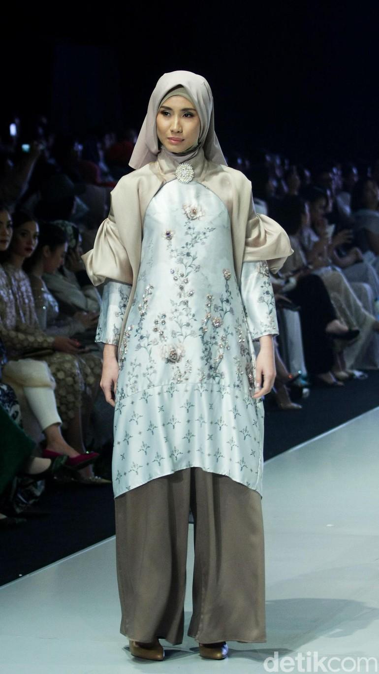Fashion show busana muslim terbaru Ria Miranda yang mengangkat tema  Lullatone di Indonesia Fashion Week 2018 3fe7ea085f