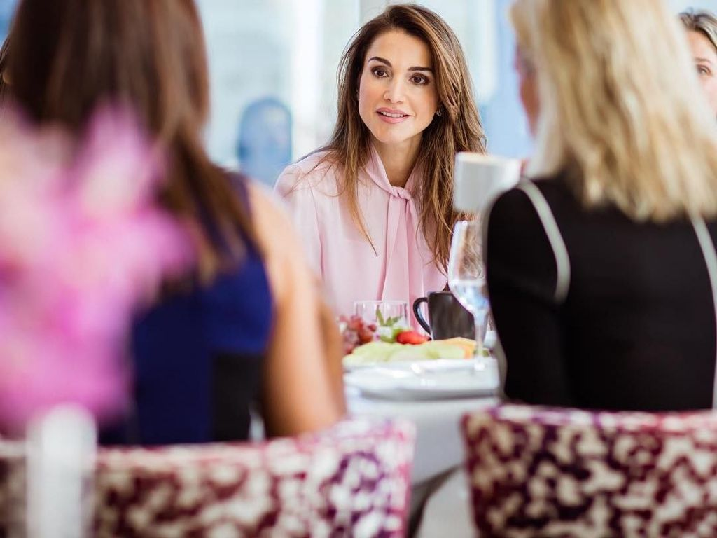 Intip 10 Pose Cantik Ratu Yordania, Rania Al Abdullah Saat Makan Burger dan Cokelat!