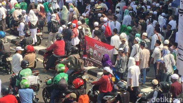Ada Spanduk 'Kami Bangga Jadi MCA' di Demo Sukmawati