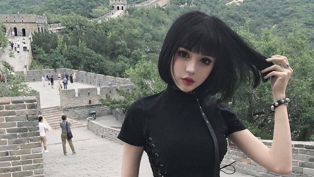 Foto: Wanita Cantik Seperti Boneka yang Suka Traveling
