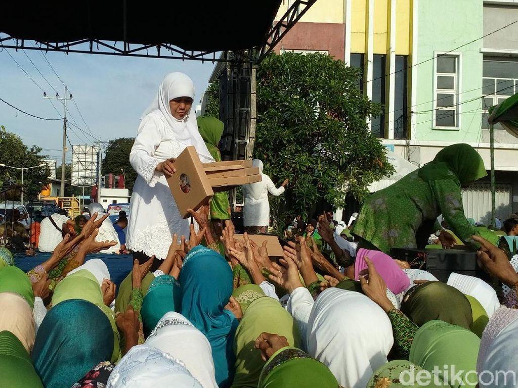 Khofifah Bagikan Tas dan Jam di Harlah Muslimat, Ini Tujuannya