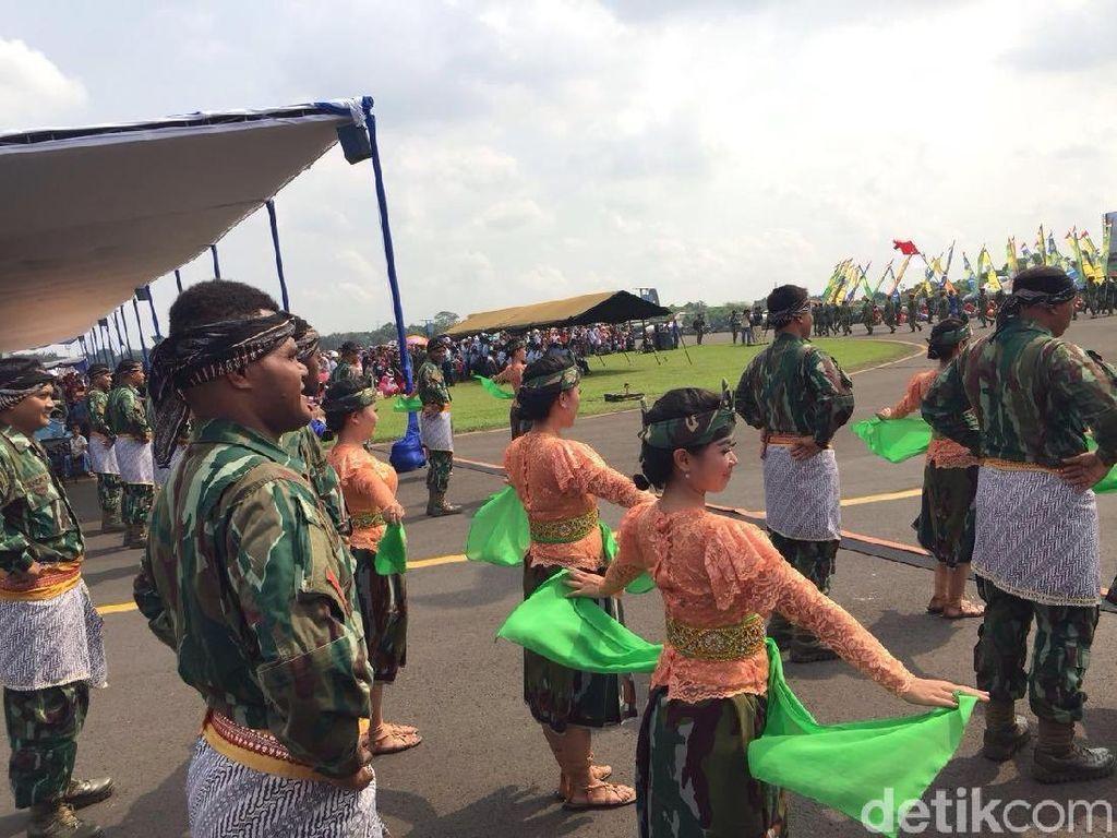 Atraksi Marching Band dan Tari Buka Pesta Rakyat HUT TNI AU
