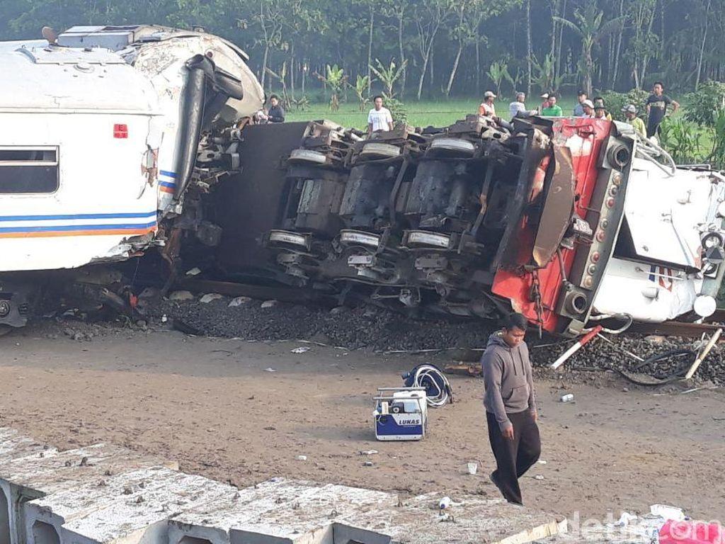 Foto: Evakuasi KA Sancaka yang Tabrakan dengan Truk Trailer