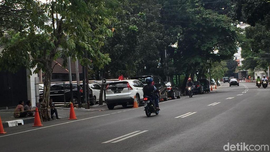 Mobil-mobil Parkir di Bahu Jalan Senopati, Akankah Diderek?