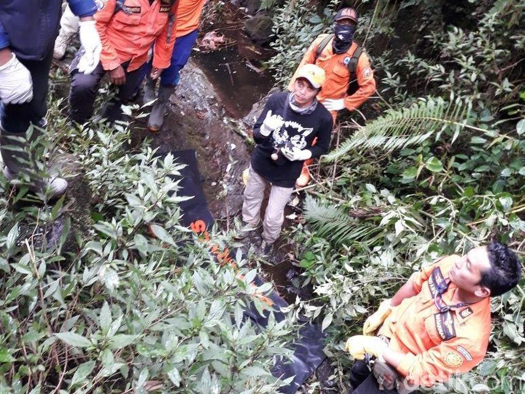 Tim SAR Tak Gunakan Alat Khusus untuk Evakuasi Andrey di Merbabu