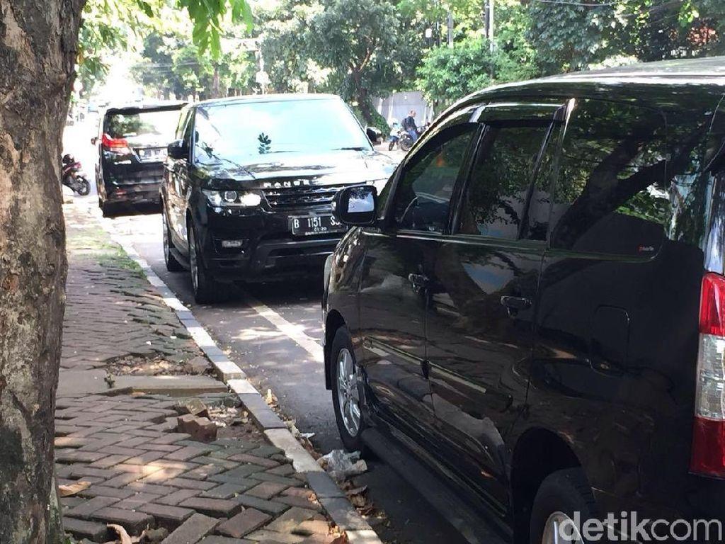 Duh! Mobil Mewah Dominasi Parkir Liar di Jalan Senopati