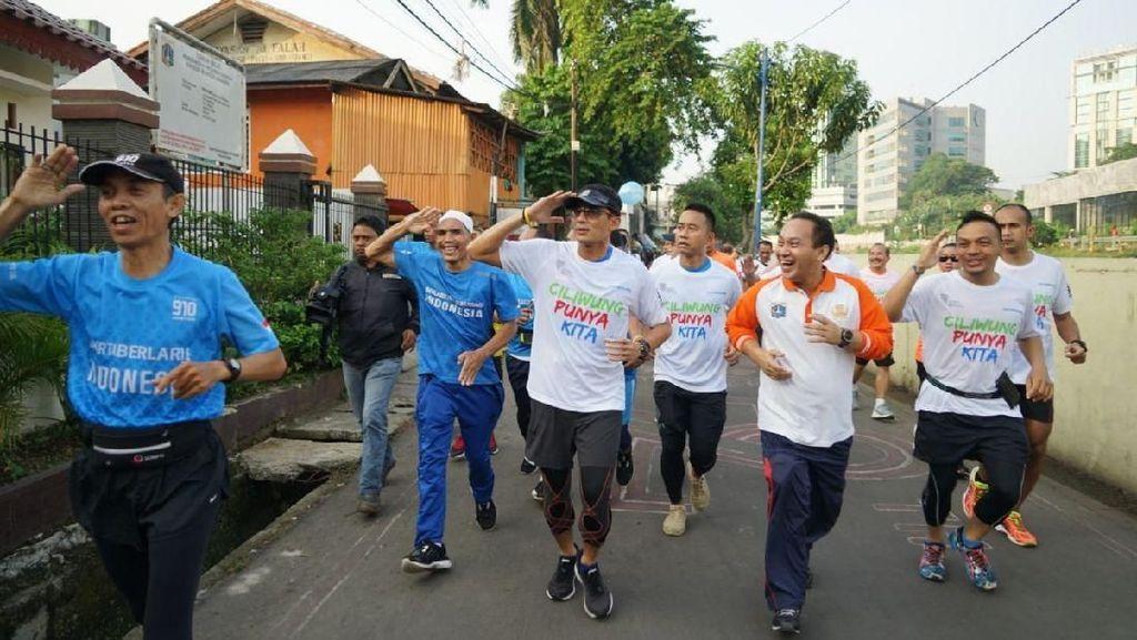 Foto: Aksi Sandiaga Lari 5 Kilometer Susuri Ciliwung