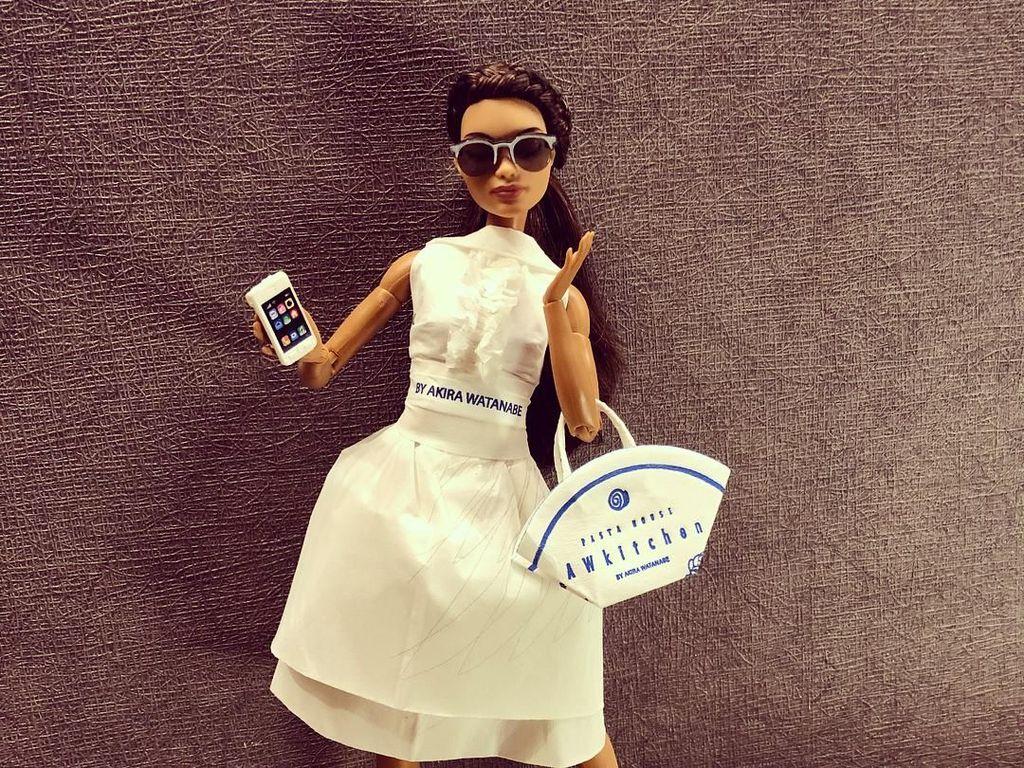 Lihat Barbie Fashionable dengan Balutan Tisu Restoran dan Aluminium Foil