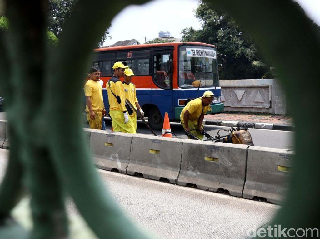 Aksi Tim Kuning Tambal Jalan Berlubang