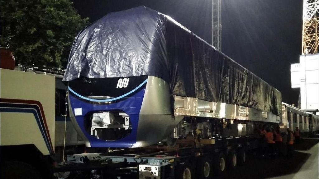 Malam-malam, Kereta MRT Diangkut dari Tanjung Priok ke Lebak Bulus