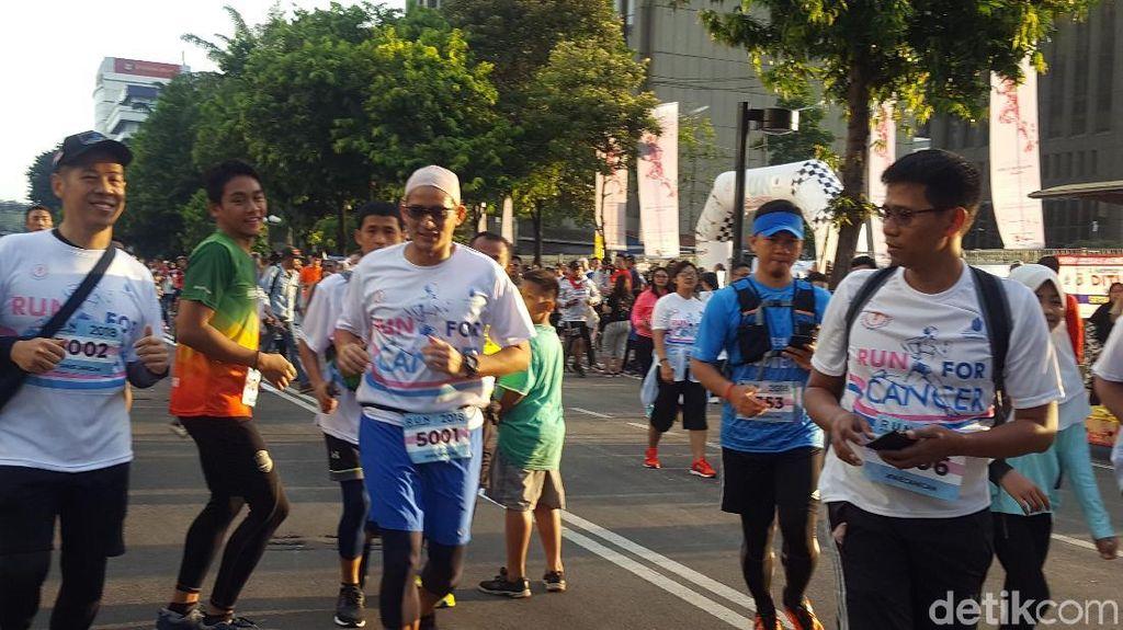 Foto: Gaya Sandiaga Lari Pakai Scalp Bareng Pejuang Kanker