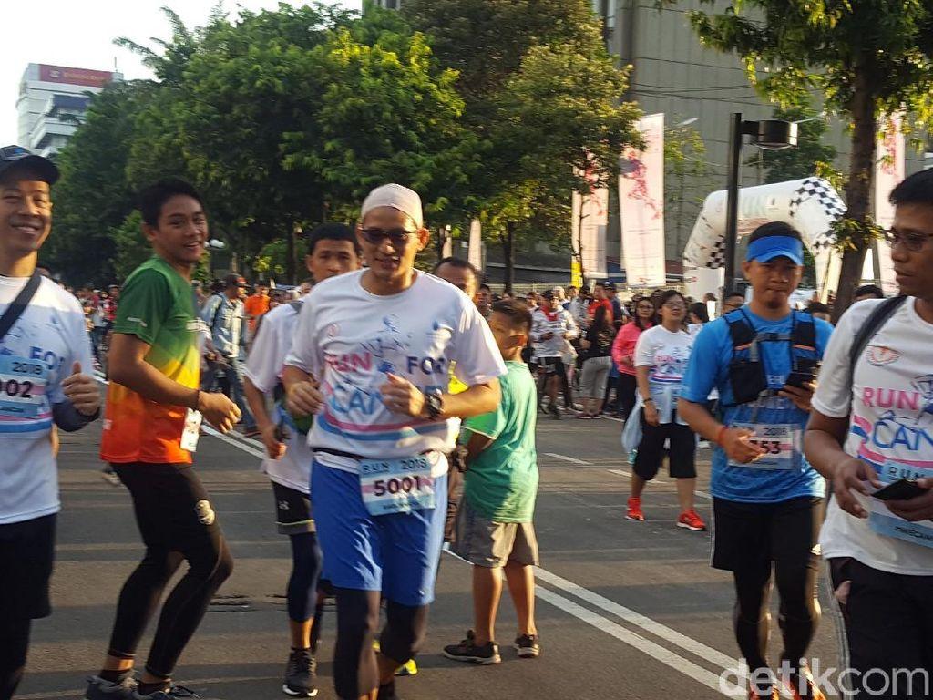 Pakai Scalp Saat Lari, Sandi Ajak Peduli Pejuang Kanker
