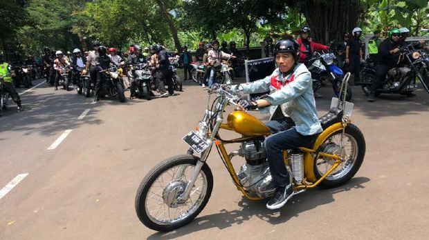 Presiden Jokowi mengendarai sepeda motor menuju Pelabuhan Ratu.