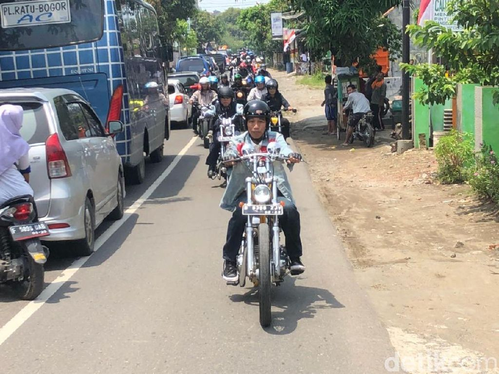 Pimpin Touring, Jokowi Lambaikan Tangan ke Warga Palabuhanratu