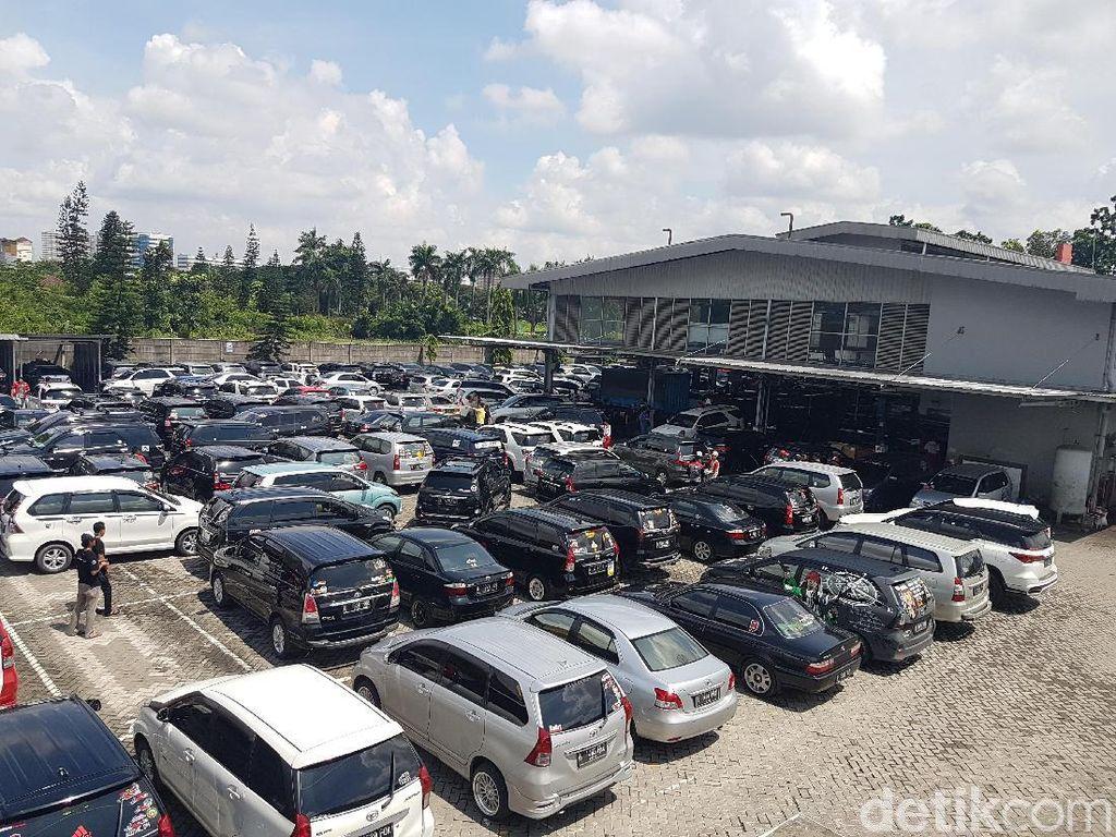 Ratusan Mobil Toyota Serbu Auto2000 Cikarang