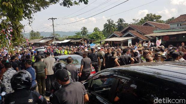 Berdesakan, Begini Momen Warga Sukabumi Ingin Dekati Jokowi