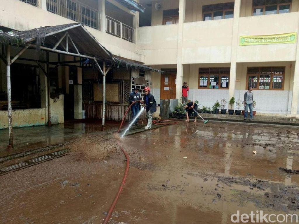 Santri dan Petugas Bersihkan Ponpes Persis Garut yang Kebanjiran