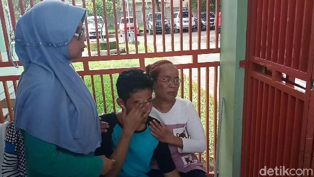 Keluarga Korban Miras Oplosan di Cicalengka Tak Kuasa Menahan Tangis