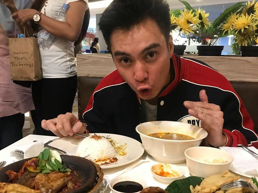 Ini 10 Gaya Kocak Baim Wong Saat Sedang Berpose dengan Makanan