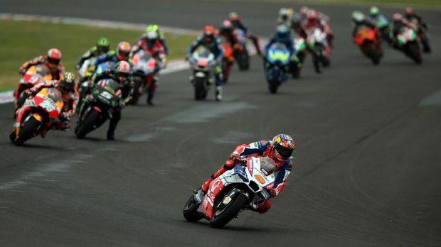 Marc Marquez menganggap kondisi trek yang menyulitkan membuat ia harus terlibat insiden tabrakan dengan Valentino Rossi.