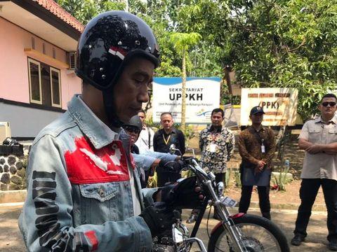 Jaket Jokowi dengan desain peta Indonesia