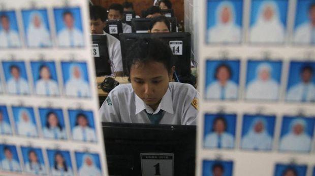 Sejumlah siswa mengikuti ujian nasonal berbasis komputer (UNBK) di SMA Negeri 2 Kota Kediri, Jawa Timur, Senin (9/4). Data dari Kementerian Pendidikan dan Kebudayaan menyatakan UNBK 2018 tingkat SMA telah diterapkan kepada 1.812.565 pesera didik atau sebanyak 91 persen, sedangkan sisanya masih menggunakan ujian nasional berbasis kertas. ANTARA FOTO/Prasetia Fauzani/aww/18.