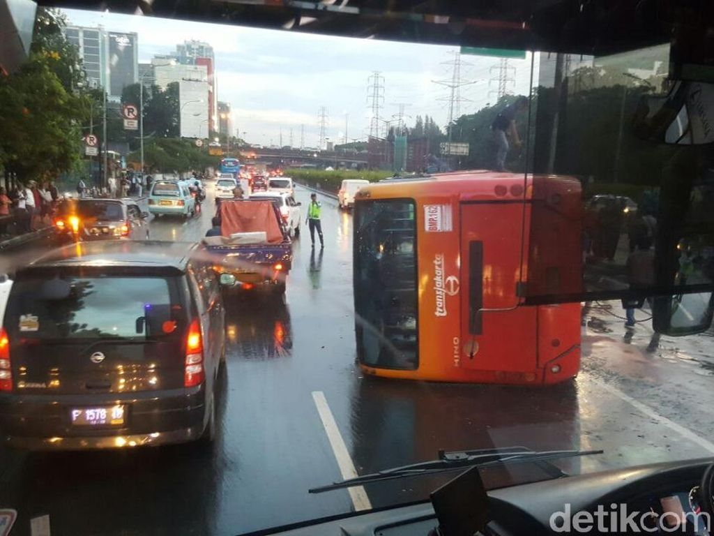TransJ Terguling, Sandi: Sopir Kaget Mobil Melintas, Rem Mendadak