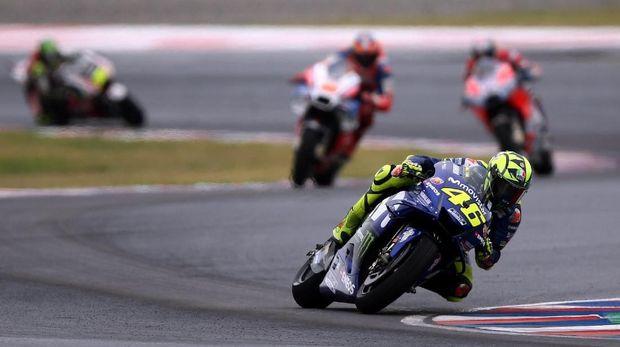 Valentino Rossi ada di posisi keenam saat Marc Marquez menabrak dan membuatnya terjatuh.