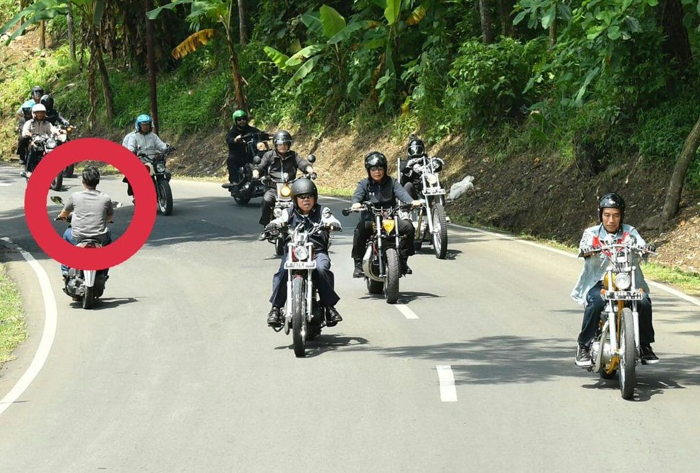 Selain Jokowi, sosok pria ini pun juga menyorot perhatian sejumlah netizen yang mengubahnya menjadi meme. (Foto: Twitter @AbdViking)