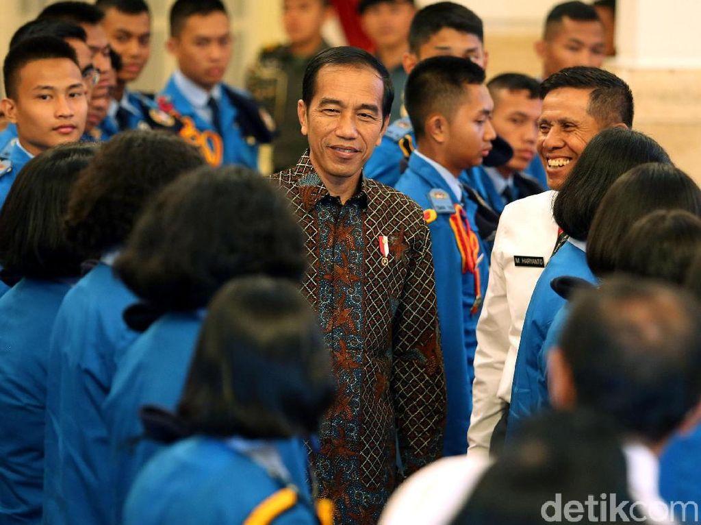 Presiden Jokowi Menerima Ratusan Siswa Taruna di Istana