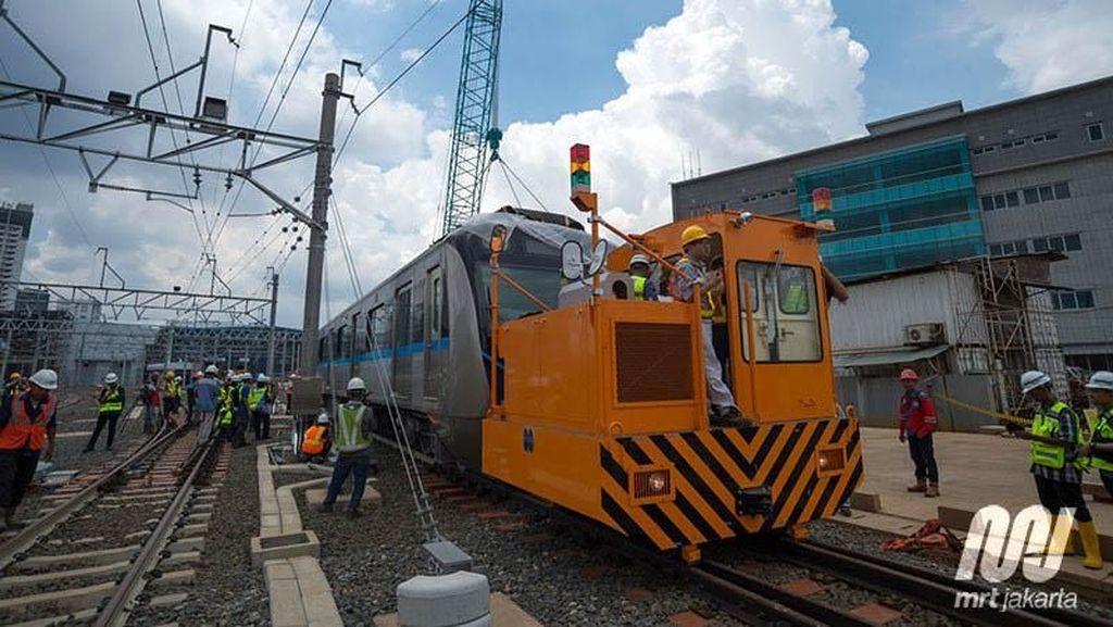 Mengenal si Mungil nan Perkasa yang Susun Kereta MRT di Atas Rel