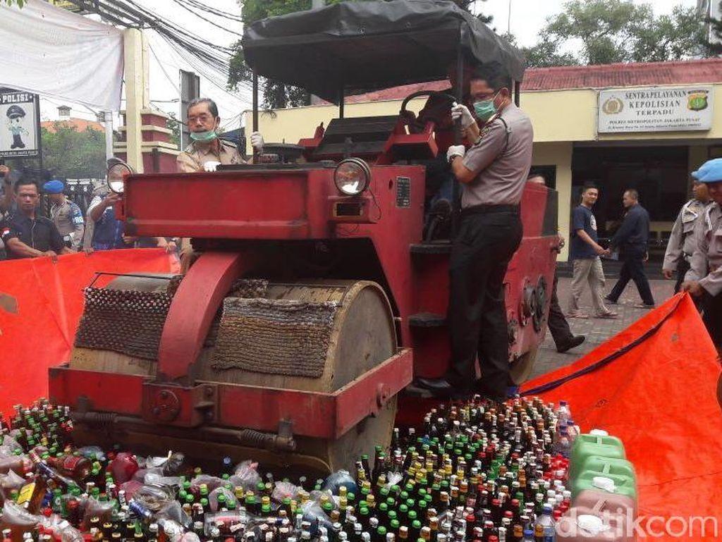 Polres Jakpus Musnahkan 2.109 Botol Miras Oplosan